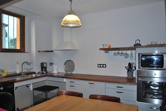 Castetnau-Camblong, France : cuisine tout équipée, plaque induction, congélateur, lave vaiselle, lave linge, four