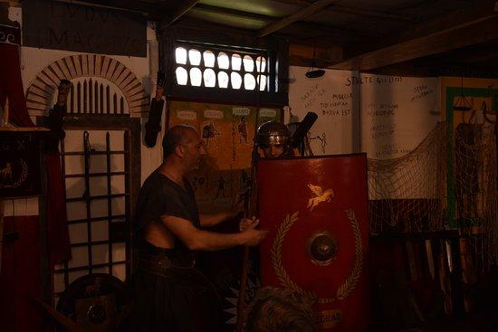 Villa Adriana, Italia: Prova elmi ed armature