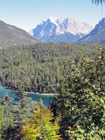 Biberwier, ออสเตรีย: Zugspitze behind the lake