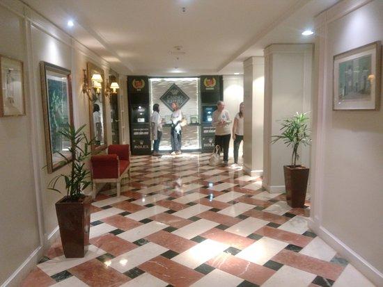 Iguazu Grand Resort, Spa & Casino: PASILLOS HACIA LAS HABITACIONES QUE SON UN LUJO