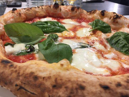 Pizzeria I Masanielli: I MASANIELLI - MARGHERITA CON BUFALA