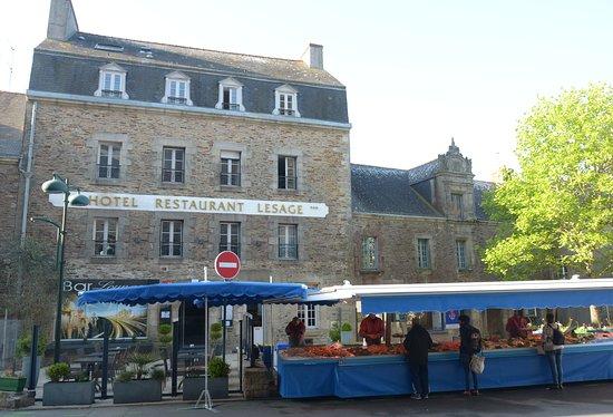 Sarzeau, France: banchi nella piazza