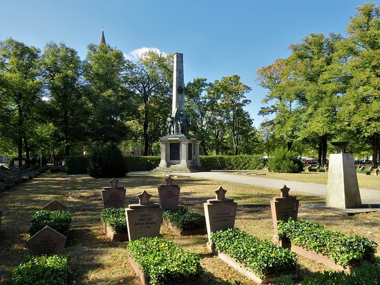 Potsdam, Alemanha: war memorial and graves