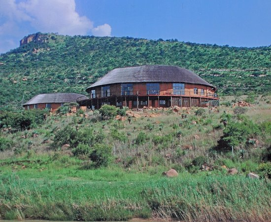 Rorke's Drift, Südafrika: View from the Bufalo river up towards the main hotel building.