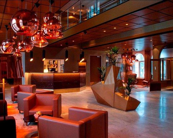 Hudiksvall, Suécia: Spacious lobby with sitting area