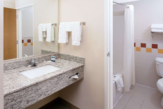 Greenville, MI: Guest room bath