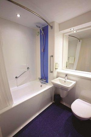 Travelodge Macclesfield Central: Bathroom