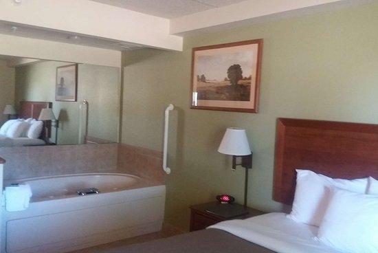 Kewanee, IL: Guest room bath