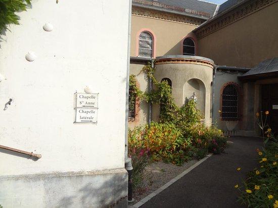 Ottmarsheim, France : Chemin pour accès à la chapelle Ste Anne et chapelle latérale