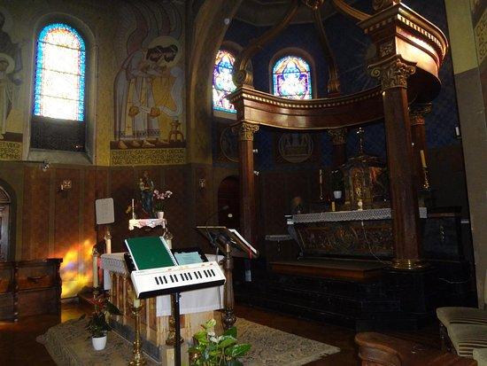 Ottmarsheim, France : Chapelle Ste Anne (maître-autel, vue depuis portail chapelle latérale)