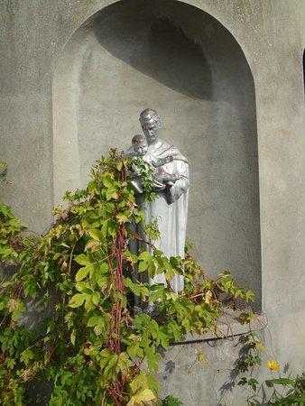 Ottmarsheim, France : Statue sur le chemin menant aux deux chapelles