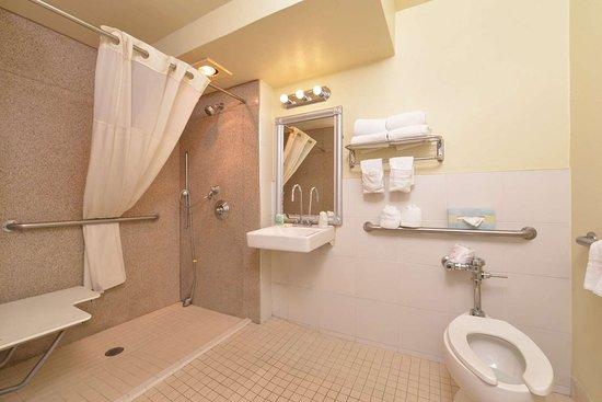 Montebello, Kalifornien: Accessible bathroom