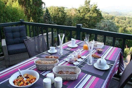 La Bastide Clairence, France : Petit déjeuner en terrasse