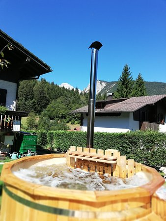 Perarolo di Cadore, Italie : Spa Tinozza  acqua calda per un momento di relax.Spa Tub with hot water for a moment of relaxati