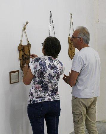 Le Mas-d'Azil, ฝรั่งเศส: Des visiteurs hilares devant les Judas Portatifs exposés au musée. Une idée géniale et drôle