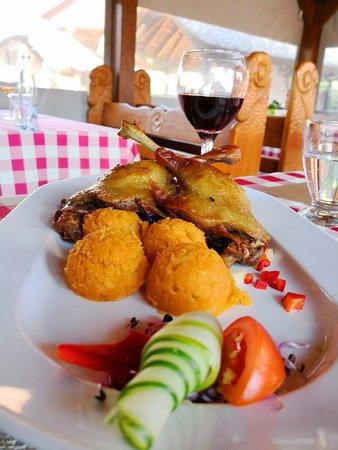 Balatonlelle, ฮังการี: Friss, kemencében sűlt étlek, finom desszertek