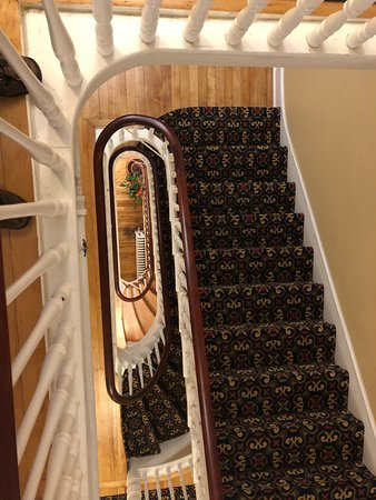 Thayers Inn: Very lovely staircase between floors