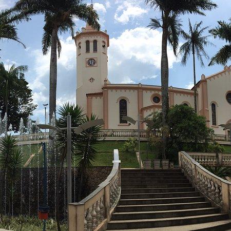 Jacutinga, MG: Praça da igreja super bem conservada