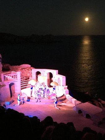 Minack Theatre: Stunning moon backdrop