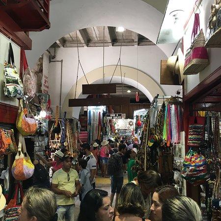 Mercado modelo por dentro, existem varias barracas iguais às da foto