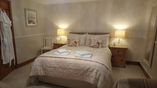 Blythburgh, UK: Our Kingsize bedroom, Sofa, tea and coffee making facilities.