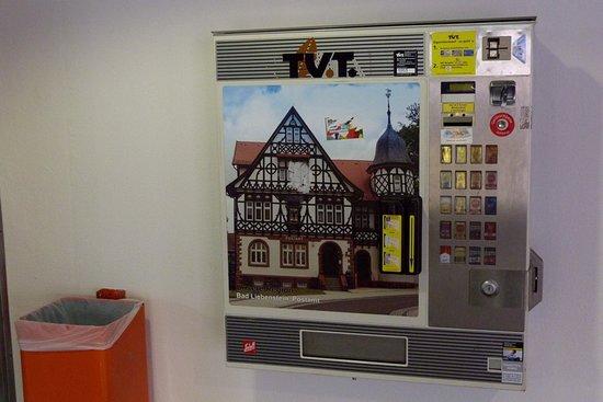 Alte Post in Bad Liebenstein: Die Alte Post auf einem Zigarettenautomat in einem Erfurter Parkhaus