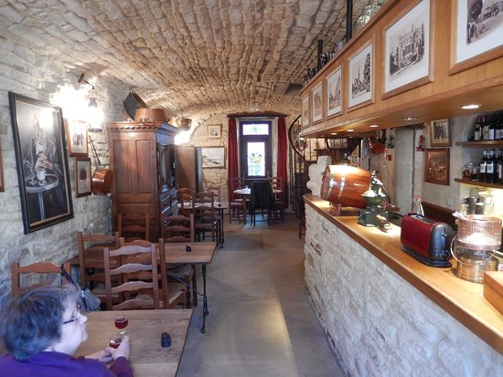 Creully, Francia: And a kir normande in the bar
