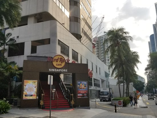 Hard Rock Cafe: Street view coming from Orchard around the Orchard Rendezvous hotel