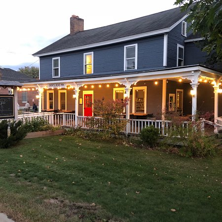 Elizabethtown, Estado de Nueva York: A great place to have some food and drinks locally sourced on a cool, crisp autumn night in the