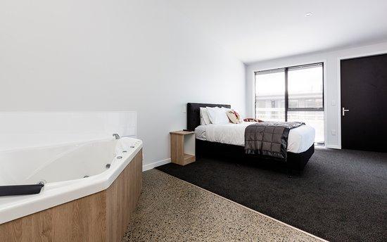 Levin, Nouvelle-Zélande : Honeymoon/VIP Suite with Corner Spa Bath