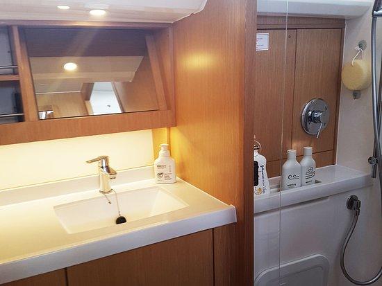 Opua, Nueva Zelanda: Ataahua is equipped with a modern bathroom providing comfortable guest amenities