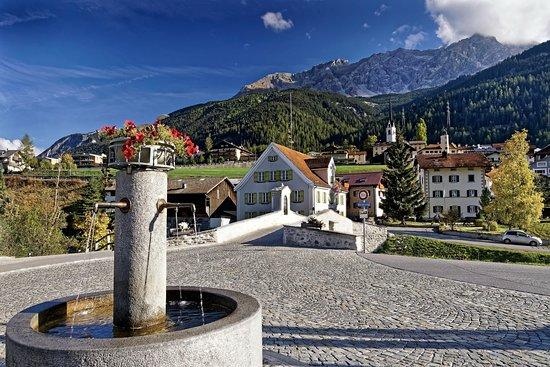 Savognin, Schweiz: Platz vor dem Hotel