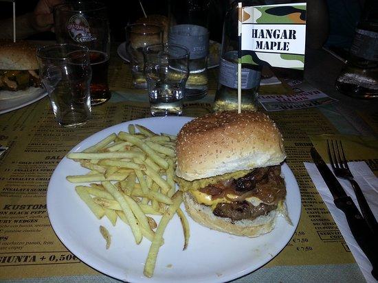 Osnago, Italy: Hangar Maple (hamburger di manzo, bacon, emmental + cheddar, cipolle, salsa allo sciroppo d'acer