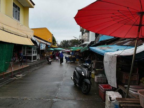 Tak Bai, Thailand: 雨のマーケット