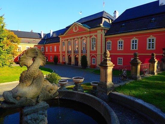Dobříš, Česká republika: Courtyard of the castle with left wing