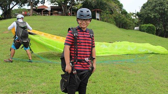 Puerto Caldera, Costa Rica: En Caldera se pueden realizar vuelos en parapente con instructor para todas las edades y público