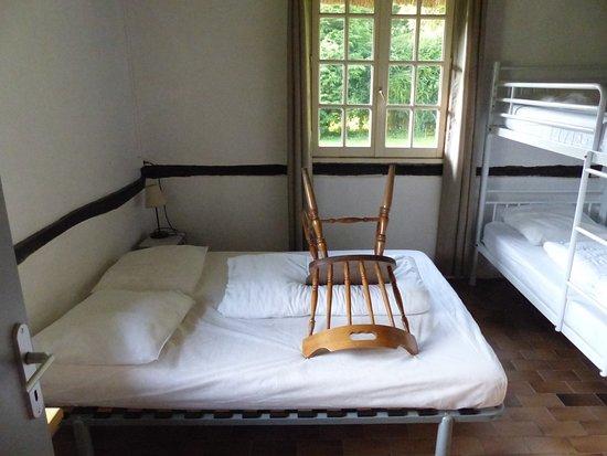Stapelbed Met Dubbel Bed.De Slaapkamer Heeft Een Dubbel Bed En Een Stapelbed Picture Of