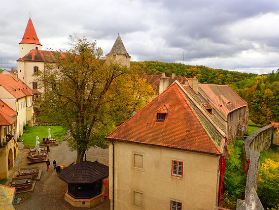 Krivoklat, Tsjekkia: The view of the castle yard from the western tower