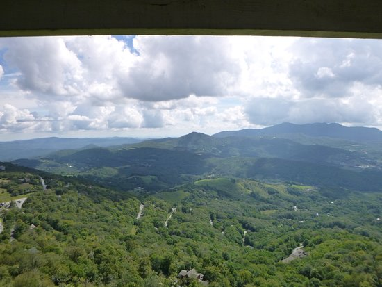 Beech Mountain, NC: Stunning mountain views even on a cloudy day!