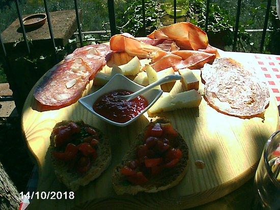 Montefioralle, Italie : tagliere di salumi e formaggi