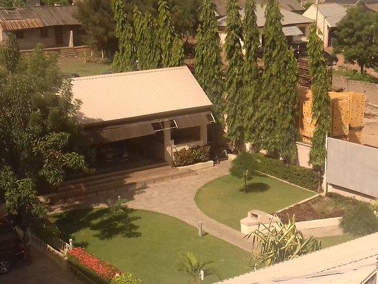 Saatof Hotel And Suite: Garden Bar und Garten gegenüber Schwimmbecken