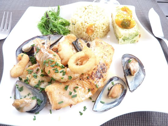 Ibos, ฝรั่งเศส: parillada de poissons garniture algues, boulgour cuisiné et terrine brocolis. Excellent!