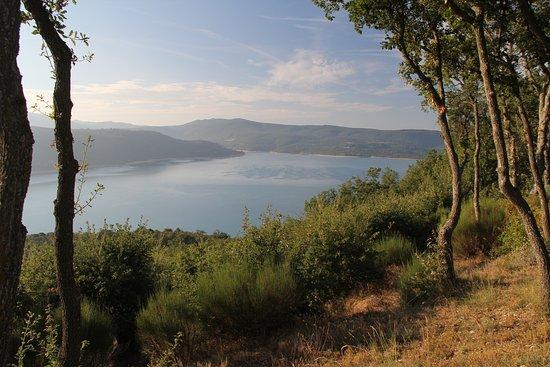 Sainte-Croix-du-Verdon, Γαλλία: vue sur le lac depuis l'espace pique-nique