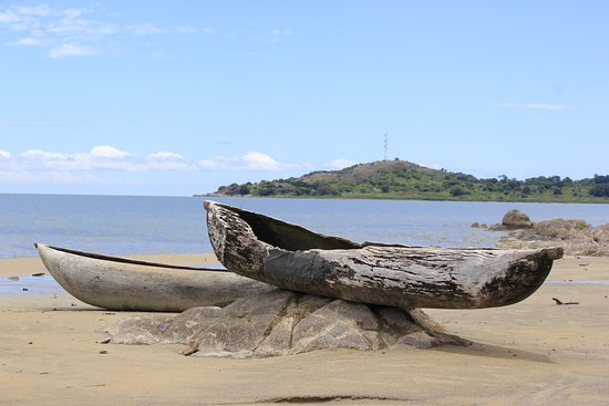 Chinteche, Malaui: an old fisherboat left at the beach to rot
