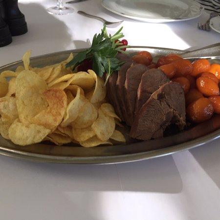 Helnaes, Denmark: Fantastisk dyresteg og dessert  i total forudbooket restaurant  Og rigeligt af alt  Glæder mig a