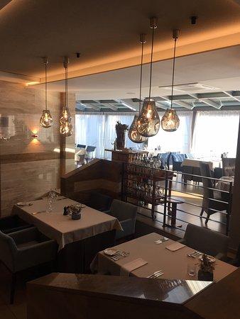 Borgo Agnese: Ресторан внутри довольно большой, да еще терраса за окном