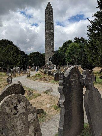 Vale of Glendalough, Irlandia: Graves and pillar