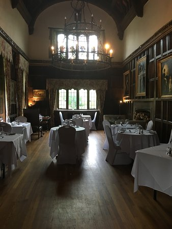 Weston on the Green, UK: The dining room has linen fold panelling.