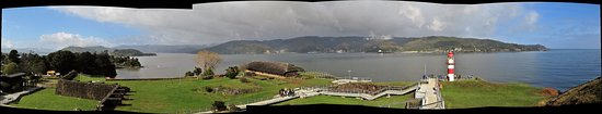 Niebla, Chile: The scenery from the top of the walking path with part of the fort and the Corral Bay