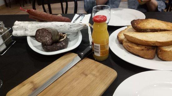 Tavernoles, Spain: Desayuno a base de tabla de embutidos (No hay palabras)